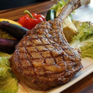 トマホークステーキは、肩ロースとサーロインの中間に位置するリブアイを使った、豪快なステーキです。  ...