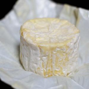 バターのような風味のクリーミーなチーズです。 熟成につれ、周りはうっすらと白カビに覆われていきます。...