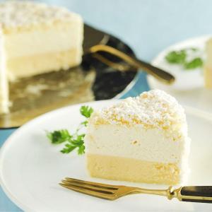 マスカルポーネのムースとクリームチーズのベイクドチーズケーキを2層に仕立てた。 ムースはふんわりなめ...