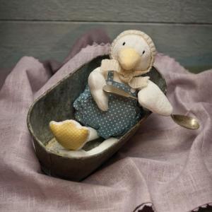 アヒルのパッツィー、くちばしがクリーム色、お洋服と足の裏は水玉模様。素敵な毛糸の帽子を編んでもらった...
