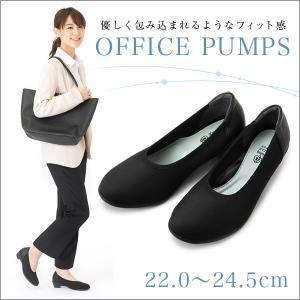 適度な高さのヒールで歩きやすいオフィスパンプス。ストレッチニット素材が足の形状に合わせて優しくフィッ...