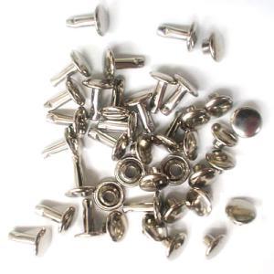 頭(メス)の直径7mm、足(オス)8mmの真鍮製の中カシメの足並です。真鍮製。両面タイプ。つけた革や...