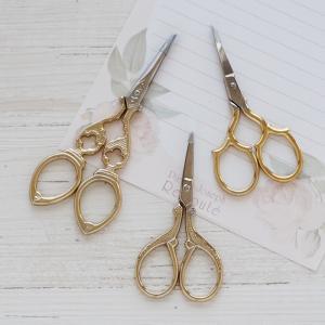 アンティーク調のデザインがおしゃれなデザインシザーです 手芸用のはさみや紙などのカット用のはさみなど...