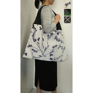 たたんでポーチに収納できる便利なトートバッグ。 付属のポーチは別にポーチとしても使えます。 軽くて物...