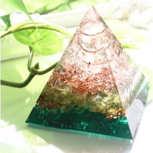 鮮やかなペリドットグリーンの美しいオルゴナイト。 鏡面仕上げなので透明度が高く、見る角度によって屈折...