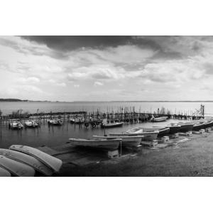 湖とボートモノクロポストカード|photoroom-g