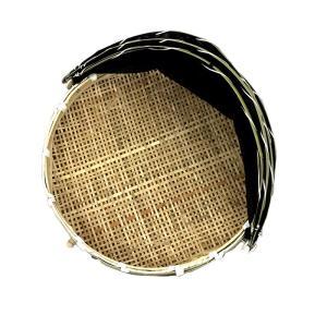 網付きの通気性の良い竹製の干しザルです。 虫や鳥から干物なを守ります。  左右両側をゴムで留められま...