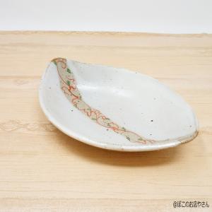 グレーのゴマ生地に、中央に端から端へ赤が生える朱色でツルが描かれた オシャレなお皿です。 一つ一つ手...
