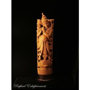 貴重なインド白檀(サンダルウッド)を使用した、 一刀総手彫りのクリシュナ神仏像。  慈愛に満ちた表情...