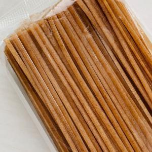 ファッロ小麦は、イタリア国内産で、無肥料・農薬不使用です。スパゲッティ幅の平麺です。 ゆで時間 沸騰...