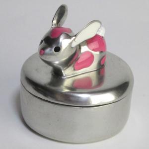 フタの上にちょこんとウサギさんが乗っているおしゃれでかわいい小物入れです。  小物入れは外も内にも鮮...