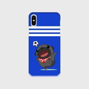 【側面クリアケース】サッカーをするパグ(黒パグ)のブルーなハードiphoneケース|pugbiiki