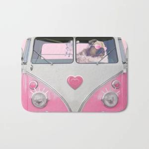 society6 バスマット サイズ選択可能 ピンクバスでお出かけおめかしパグ(ぱぐ グッズ)|pugbiiki