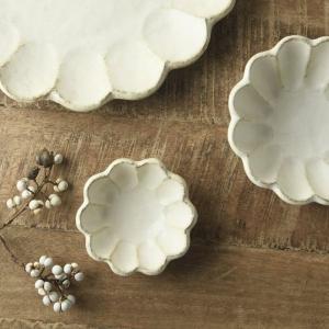 花びらようなリムのデザインが印象的なリンカ(輪花)シリーズ。 使い込まれたようなヴィンテージ感のある...