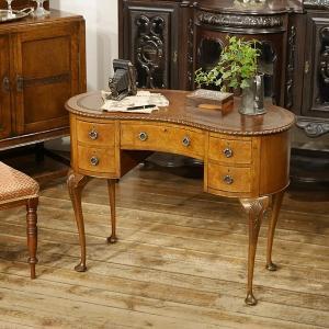 英国イギリスアンティーク家具 デスク 机 キドニーシェイプ 猫脚クイーンアン 杢目のきれいなマホガニー材 8395|qs-antiques