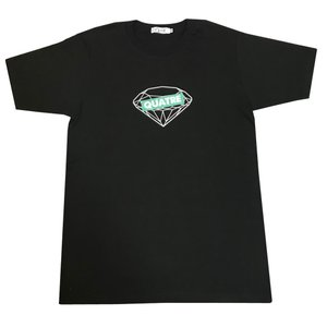 季節を問わず着ていただけるTシャツ。色は黒。  生地は綿100%の程よい厚さの生地感です。  胸には...