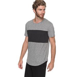 一切の無駄を省いたシンプルなデザインのTシャツ。すっきりと開いた首元で、中に長袖を着こんだインスタイ...