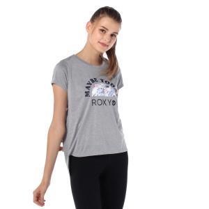 前後で差を付けたラウンドヘムの半袖Tシャツは、厚盛りプリントのメッセージがポイント。ボタニカル柄とロ...
