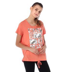 少し丈長のゆったりシルエットのTシャツは、フィッシュテールで裾に共地の紐を通したデザイン。フロントで...