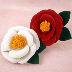 椿の花コサージュ 赤/白  髪飾り 花 フォーマル 結婚式 ...