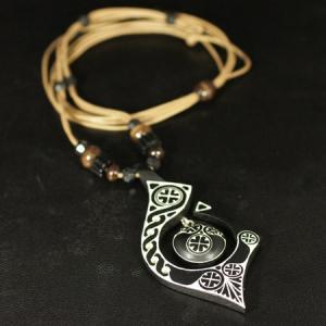アイヌ紋様 エリマキ 彫刻 ロウ引き紐 ネックレス ブラック 長さ調整可能 ウッドカービング カムイ 神威 北海道 手彫り ペンダントトップ 和柄 rapanui