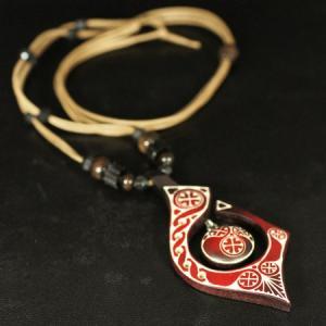 アイヌ紋様 エリマキ 彫刻 ロウ引き紐 ネックレス レッド 長さ調整可能 ウッドカービング カムイ 神威 北海道 手彫り ペンダントトップ 和柄 rapanui
