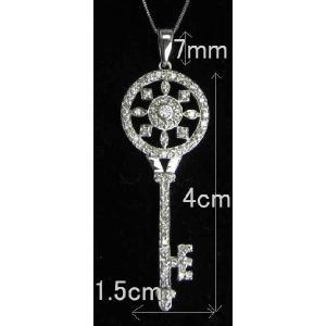トータル80石ものダイヤモンドが留められた贅沢な1品 モチーフとしては【カギ、キー】ですが、 真ん中...