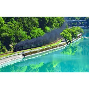 絵画風 壁紙ポスター  -地球の撮り方- エメラルドグリーンの球磨川を走るSL 熊本県人吉市の絶景 蒸気機関車 C-ZJP-027W2 (ワイド版 603mm×376mm)|real-inter