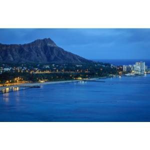 絵画風 壁紙ポスター (はがせるシール式) ダイヤモンドヘッドの夜景 ワイキキ ハワイ オアフ島 キャラクロ HWI-012W1 (ワイド版 921mm×576mm)