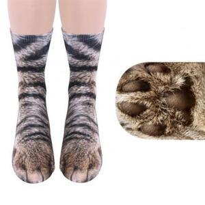 リアルな動物柄のミディアム丈ソックス。履いてみるとまるで本当にネコになったかのような足に。足の裏はも...
