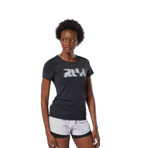 Reebok独自の冷感素材:アクティブチルを搭載したスリムフィットのTシャツ。ユニークなグラフィック...
