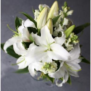 慎ましいホワイトカラーを基調とした豪華なお供えのお花です。 次々と咲き開き始める大輪で香りが強く高級...