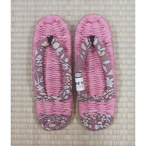ぞうり作りは昔から日本に伝わる伝統技術です。繊細な正絹を贅沢にテープ状に折って、ひとつひとつしっかり...