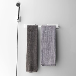 磁石で浴室に簡単取付。タオル以外にお掃除スプレーボトルを掛けておくのに便利。
