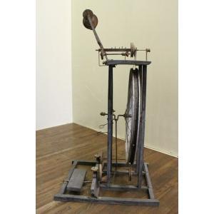 k1104 【商品説明】なんともユニークな糸巻機です。特許出願中のエンブレムが付いています。自転車の...