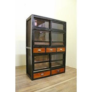 【商品説明】昭和初期のガラス棚です。ゆらゆらとして古いガラスが印象的。構造上のゆらつきが若干あります...