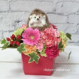 【生花アレンジ】ハリネズミ・ランディ(ブラウン)マスコット付き季節のお花のミルクBOXフラワーアレンジメント FL-AR-428