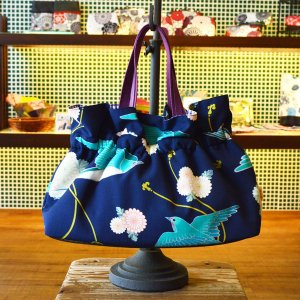 ほにや ギャザーバッグ 手提げバッグ つばめ柄 紺地 花柄 和柄 お買い物 お出かけ クリスマス ギフト |riguru-online