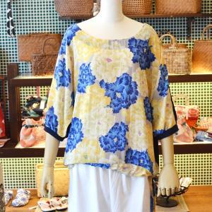 ほにや ドルマンリボンブラウス 舞牡青白黄花 グレー地 さらりとした素材感 華やか 花柄 プラウス 和柄 ポリエステル ノーカラー  HONIYA honiya 大人女子|riguru-online
