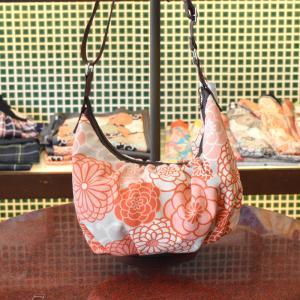 ほにや コロコロショルダーバッグ 新菊丸 ピンク  コロコロ豆バッグ 花柄 和柄 ポシェット 斜め掛け 母の日|riguru-online