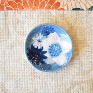 工房ゆずりは 豆皿 藍彩白絵花 瀬戸焼 花柄 優しい感性 女性だけの工房 手描き 可憐 彩り豊か 小さな皿 陶器 ゆずりは工房  riguru-online