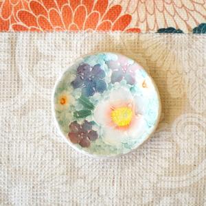 工房ゆずりは 豆皿 間取紅花 瀬戸焼 花柄 優しい感性 女性だけの工房 手描き 可憐 彩り豊か 小さな皿 陶器 ゆずりは工房  riguru-online