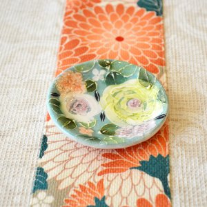 工房ゆずりは 豆皿 緑彩ローズ 瀬戸焼 花柄 優しい感性 女性だけの工房 手描き 可憐 彩り豊か 小さな皿 陶器 ゆずりは工房  riguru-online