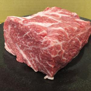 自社で大切に育てた『越後牛』の肩ロースブロックです。 肩ロースは適度なサシが入り風味豊かな味わいが特...