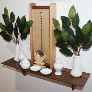 洋風モダン神棚Kagari(かがり) + ウォールナット棚板Kurumi(くるみ) (神棚セット/神具陶器七点セット小と神鏡1.5寸と造花榊付き) roco