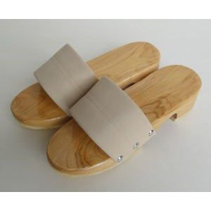 木の感触とぬくもりを足の裏で楽しめます。  裏面ゴム貼りなので、 ベランダや玄関先などに置いておくと...
