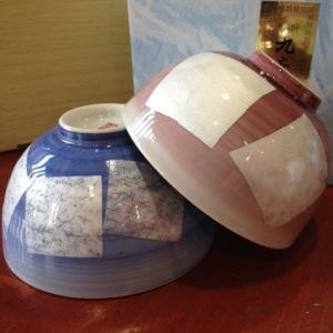 九谷焼の夫婦茶碗『銀彩』です。青と紫色になります。   青が大、紫が小です。青と紫の上に銀箔を一枚一...