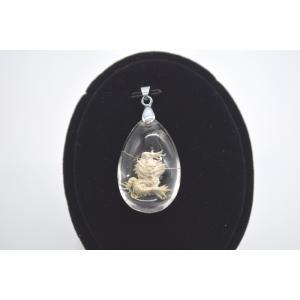 龍白金彫り クリスタル 水晶 裏彫り パワーストーン 天然石パーツ  ペンダントトップ 3.5cm 雫型|ryu