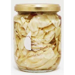 ごま油の風味と、唐辛子、にんにくの隠し味がやみつきになるキャベツのピクルスです。