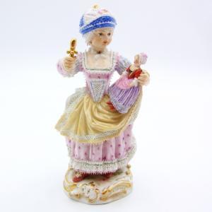 可愛い少女が左手に人形を持ち、右手の道具でじゃらじゃら音を出して遊んでいる情景を人形化したものです。...